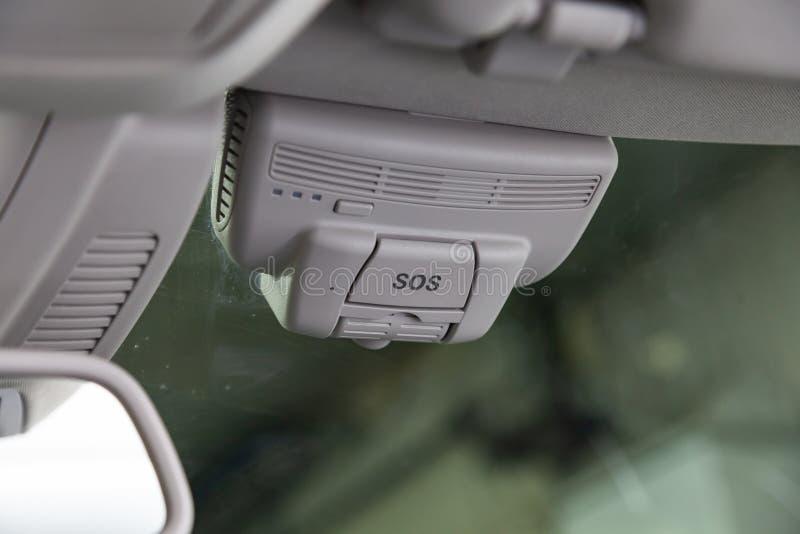 Bottone di SOS con il sistema di JPS per chiamare il servizio, la polizia e l'ambulanza di salvataggio sul parabrezza dell'automo fotografia stock libera da diritti