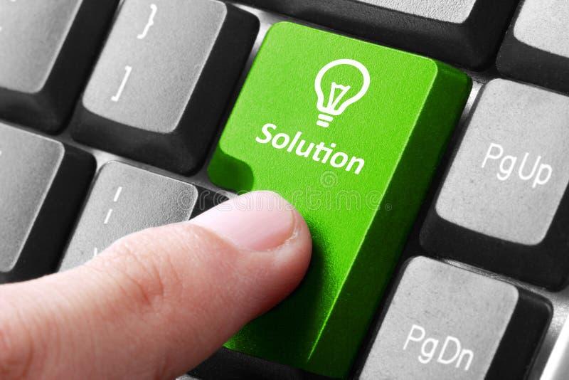 Bottone verde della soluzione sulla tastiera fotografie stock