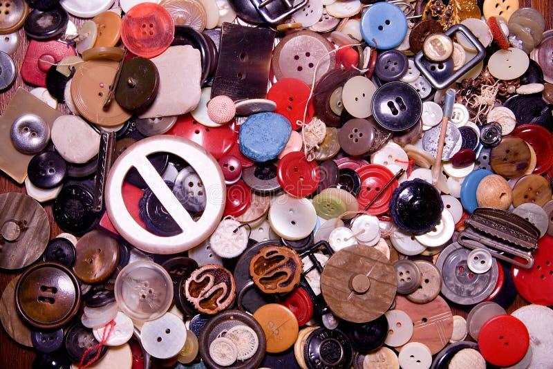 Bottoni assortiti Differente a colori, principalmente di plastica, alcuni di legno Il mucchio dei bottoni si chiude su fondo fotografia stock libera da diritti