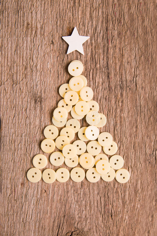Bottoni come albero di Natale decorativo su di legno fotografie stock libere da diritti