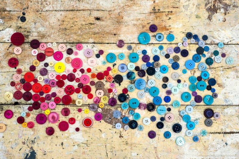 Bottoni di cucito sul fondo di legno di lerciume royalty illustrazione gratis