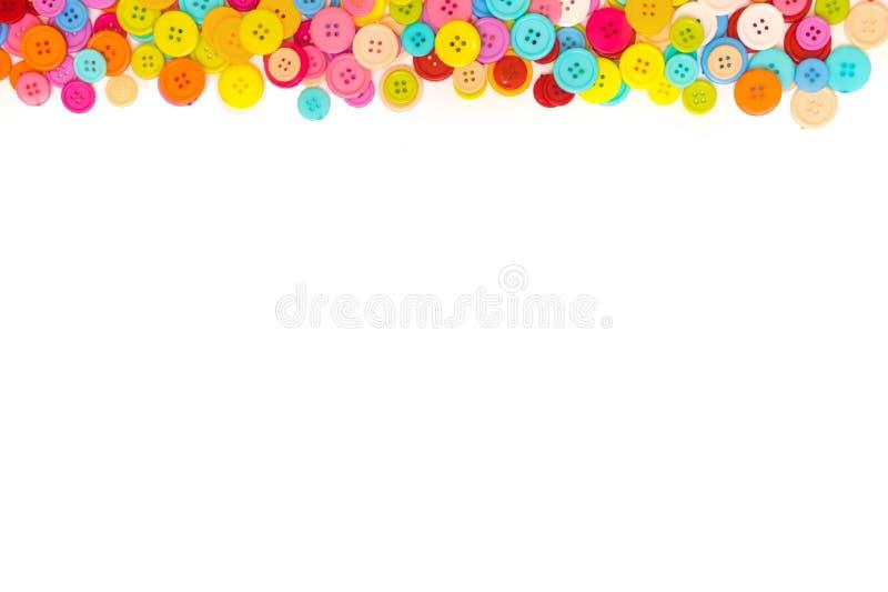 Bottoni di cucito variopinti su fondo bianco Vista superiore Spazio libero Bordo fotografie stock