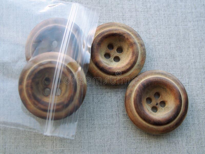 Bottoni di legno nel sacchetto di plastica immagine stock libera da diritti