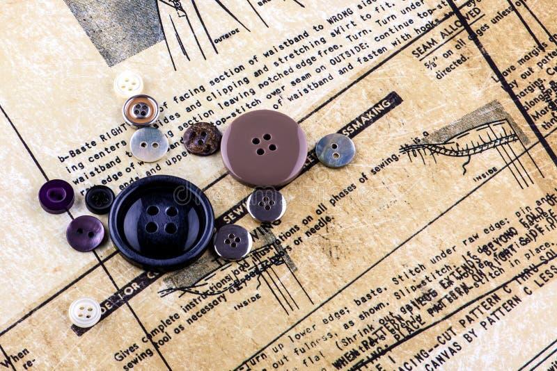 Bottoni ed istruzioni di cucito fotografie stock