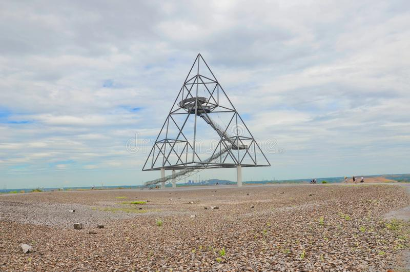 Bottrop, Alemanha - 29 de julho de 2018: Tetraedro em Bottrop tomado em um dia de ver?o nebuloso Uma constru??o de a?o andavel so imagem de stock