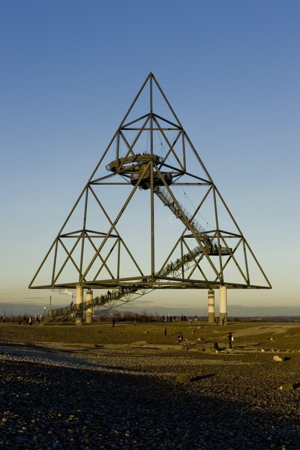 Bottrop Tetraeder un tetraedro de 60 metros de alto fotos de archivo