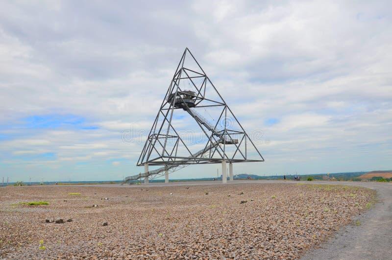 Bottrop Tyskland - Juli 29th 2018: Sikt av tetrahedronen i tyska Bottrop Det non traditionella stycket av arkitektur arkivbild