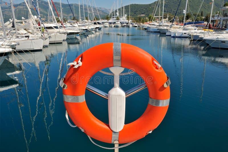 Bouée de sécurité dans la marina photos libres de droits