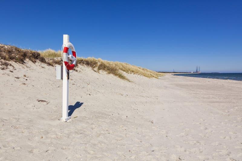 Bouée de sauvetage à la plage de mer baltique de Grenaa, Danemark photographie stock