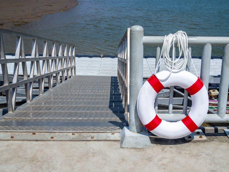 Bouée de sauvetage accrochant sur la barrière dans le port photos libres de droits