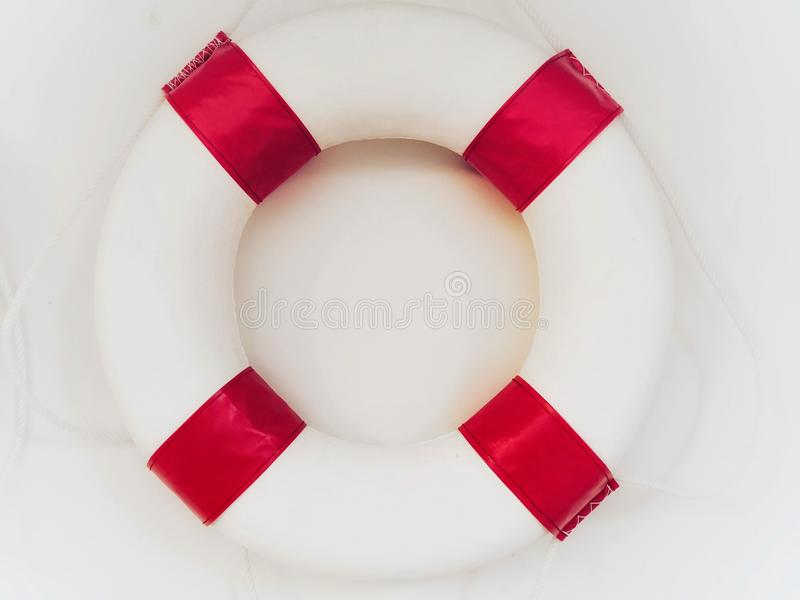 bouée de sauvetage blanc rouge sur le fond blanc photo stock