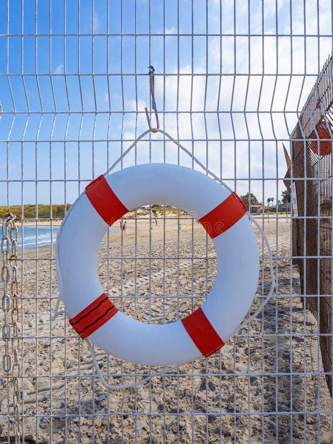Bouée de sauvetage blanche sur la plage photographie stock libre de droits