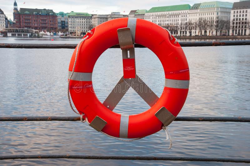 Bouée de sauvetage le bord d'un lac photos libres de droits