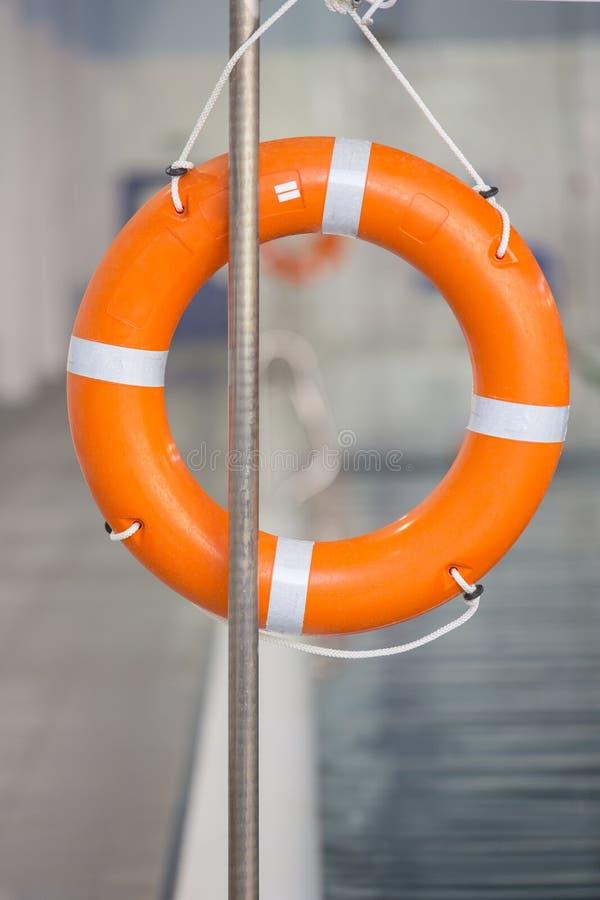 Bouée de sauvetage orange près de piscine publique photos libres de droits
