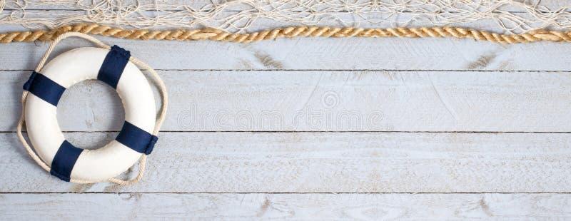 Bouée de sauvetage sur le fond en bois avec l'espace de copie photos libres de droits