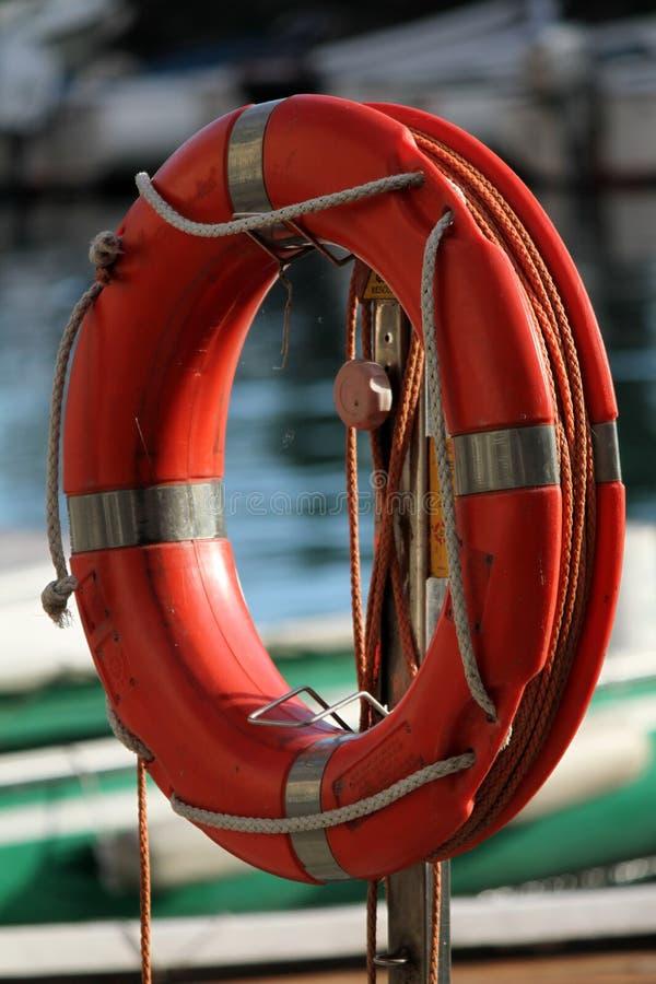 Bouée de sauvetage sur le lac photographie stock