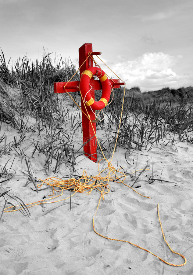 Bouée de sauvetage sur une plage photo stock