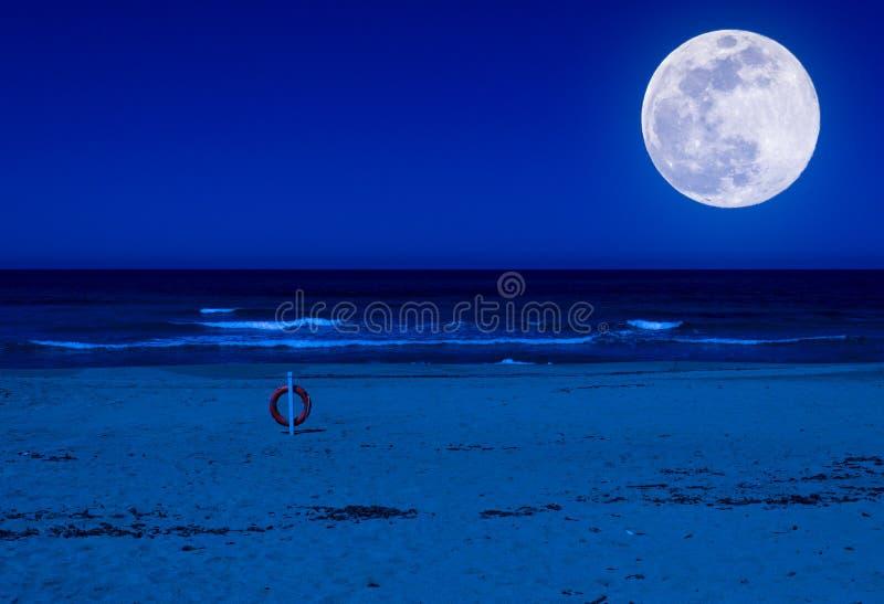 bouée de sauvetage sur une plage abandonnée la nuit photographie stock