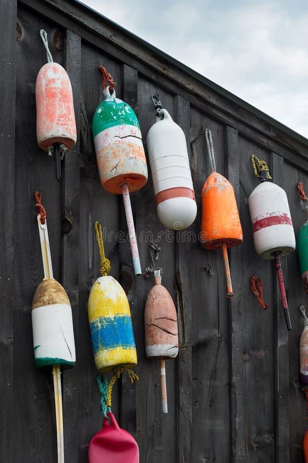 Bouées colorées accrochées du côté de la cabane image stock