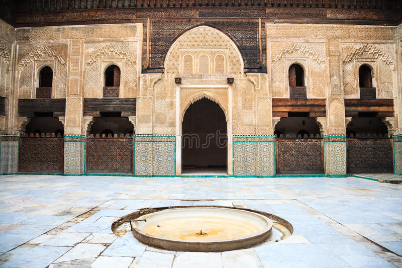 bou inania madrasa庭院在菲斯 免版税库存图片