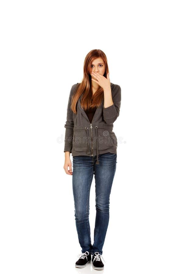 Bouche adolescente de bâche de femme avec la main photo stock