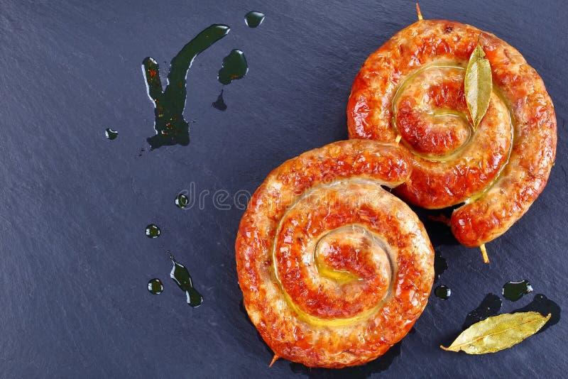 Bouche arrosant la bratwurst allemande sur la pierre images stock