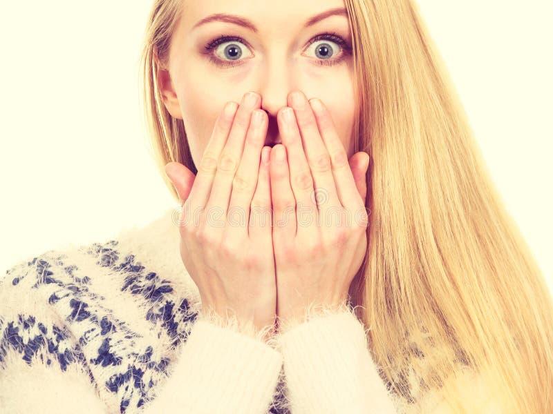 Bouche choquée de bâche de jeune femme avec la main image stock