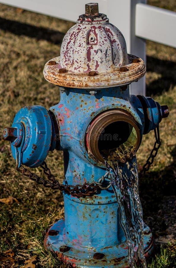 Bouche d'incendie avec de l'eau l'écoulement de l'eau photo stock