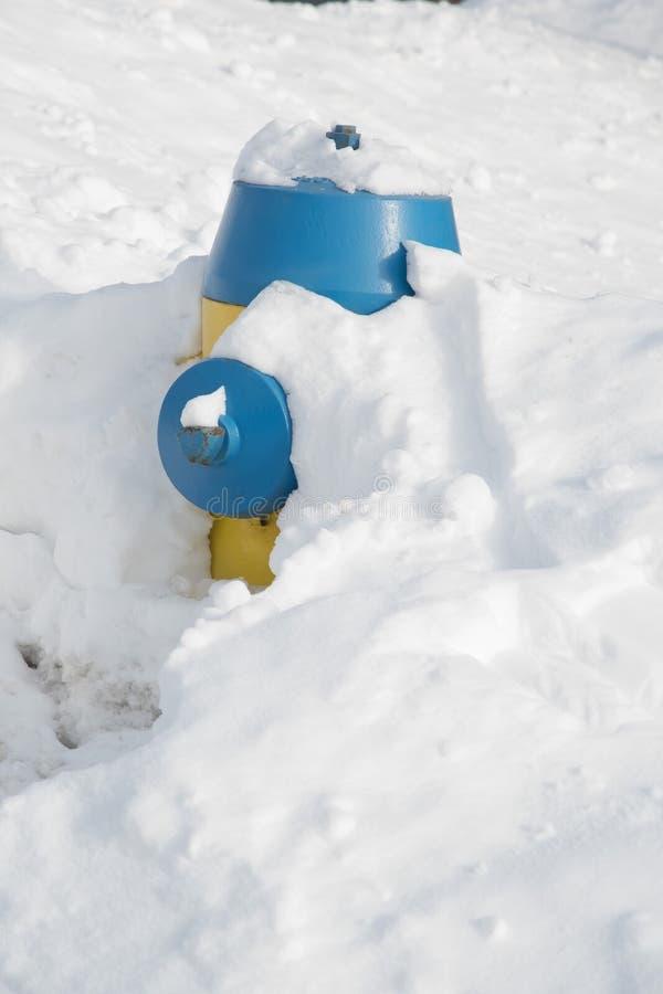 Bouche d'incendie couverte dans la neige photo stock