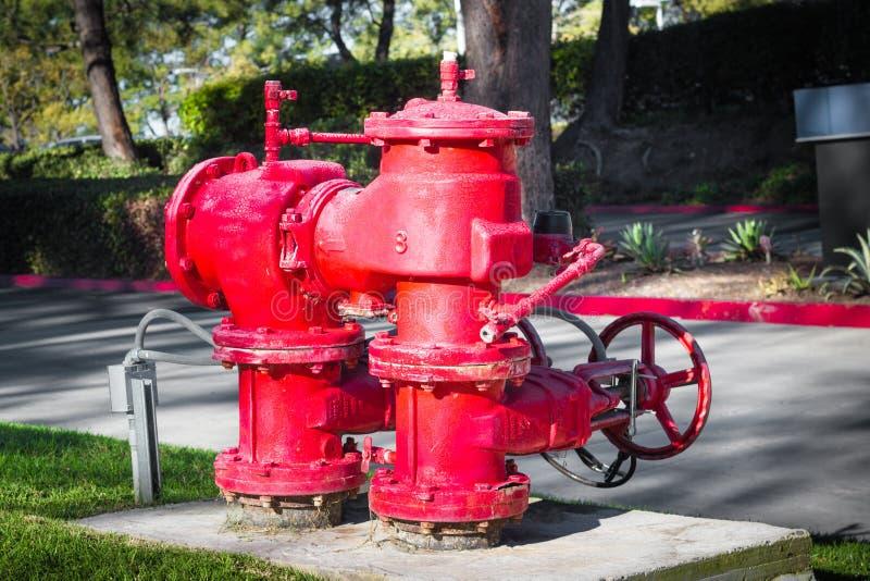 Bouche d'incendie rouge lumineuse de l'eau de ville images stock