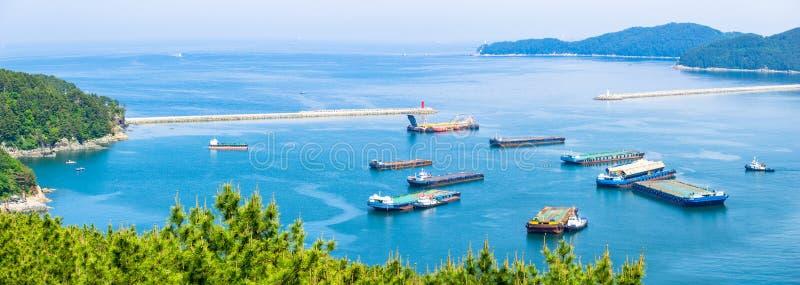 Bouche de la baie de la construction navale de Daewoo et de la Marine Engineering DSME dans la ville d'Okpo image libre de droits