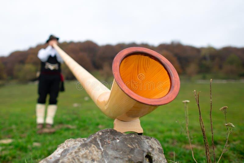 Bouche du klaxon d'Alpes avec le joueur brouillé photo libre de droits