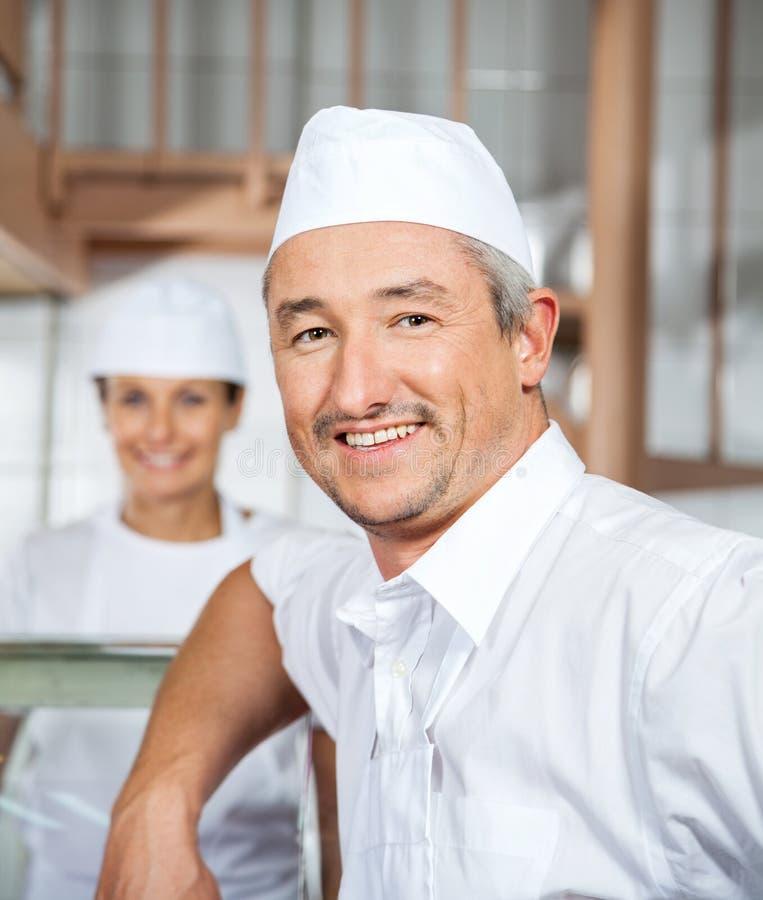 Boucher mûr masculin sûr Smiling At Butchery images libres de droits