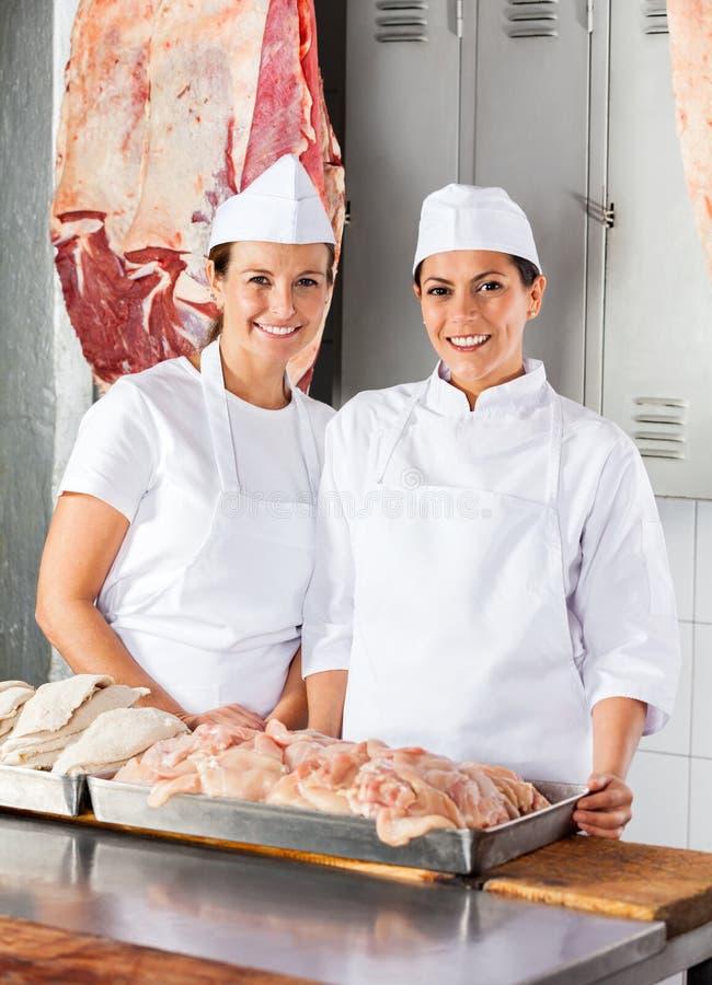 Bouchers féminins sûrs au compteur photographie stock