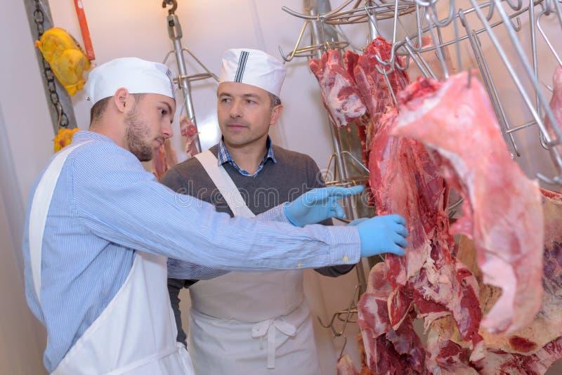Bouchers regardant les carcasses animales photo libre de droits