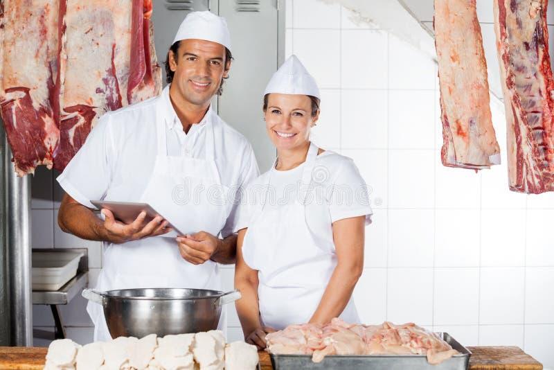 Bouchers sûrs avec la Tablette de Digital au compteur image stock