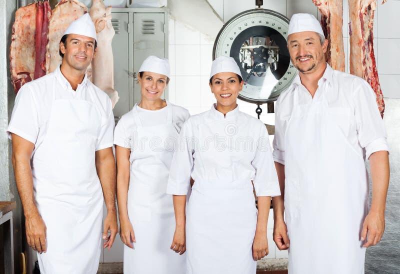 Bouchers sûrs dans la boucherie image libre de droits