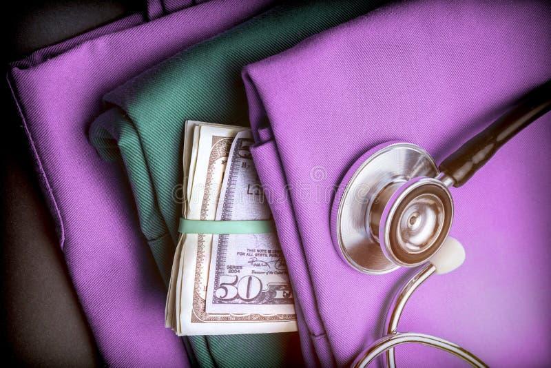 Bouchon de dollar américain d'argent dans des vêtements soignants photos stock