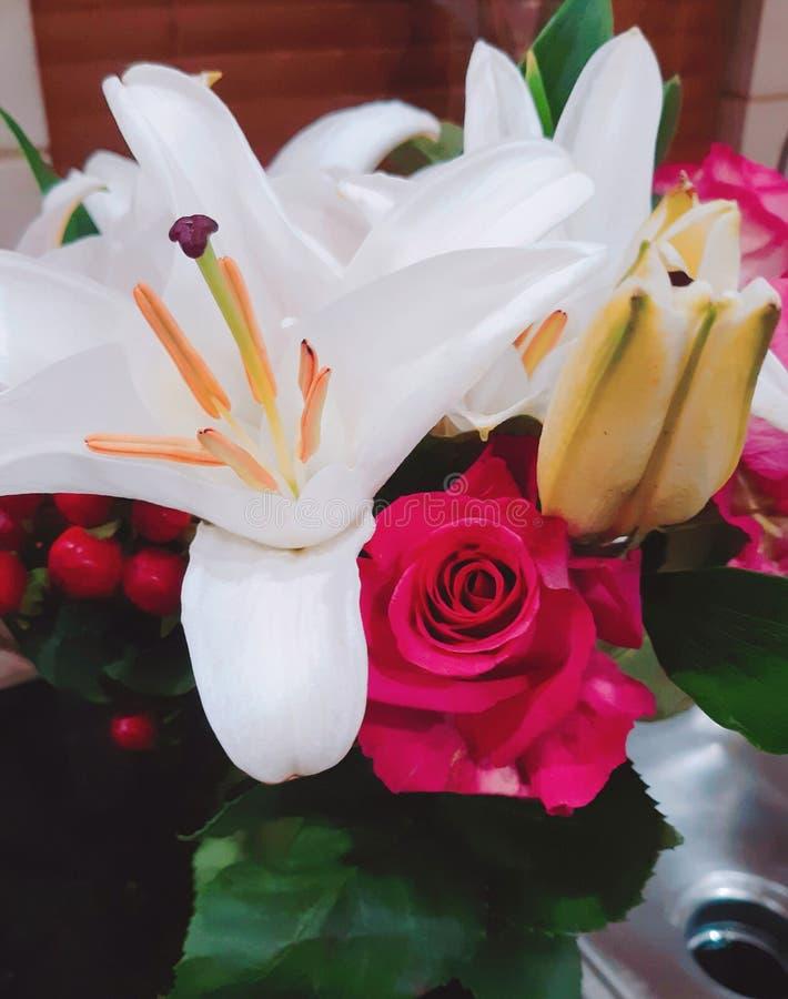 Boucket rosado de las flores de los lirios de las rosas foto de archivo libre de regalías