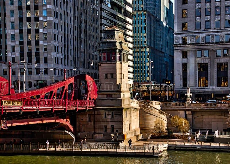 Boucle de Chicago, coin de Dr. de Wacker et St de LaSalle, avec vue sur la rivière Chicago, riverwalk, le trafic d'heure de point images stock