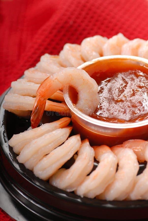 Boucle de crevette avec de la sauce à cocktail épicée photos libres de droits
