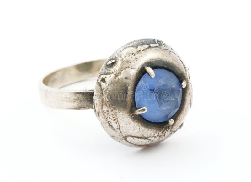 Boucle de cru avec la gemme bleue images libres de droits