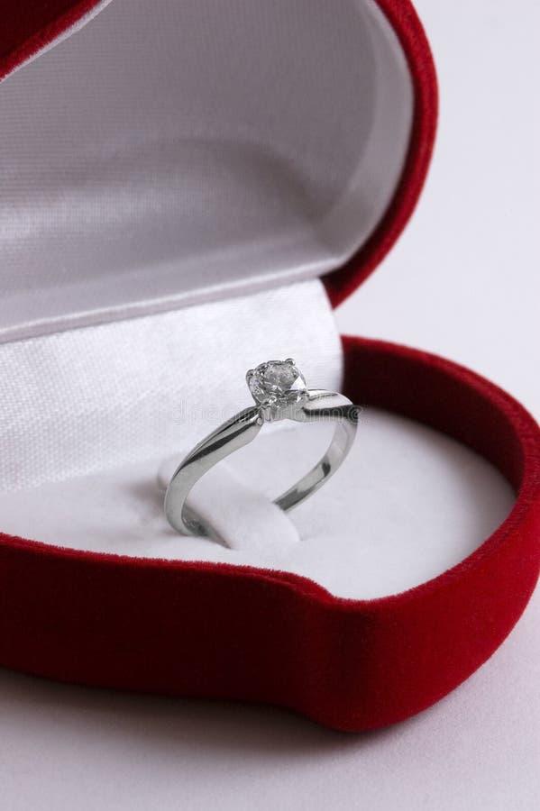Boucle de diamant d'enclenchement dans un cadre en forme de coeur rouge photo stock