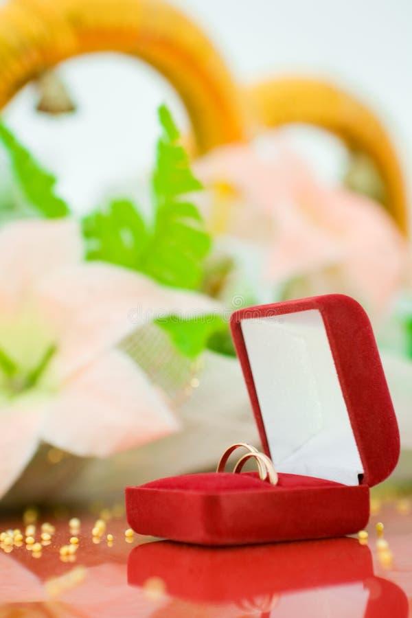 Boucle de mariage dans le cadre rouge photo libre de droits