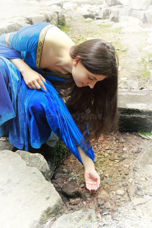 Boucle de trouvaille de princesse d'elfe au printemps photos stock