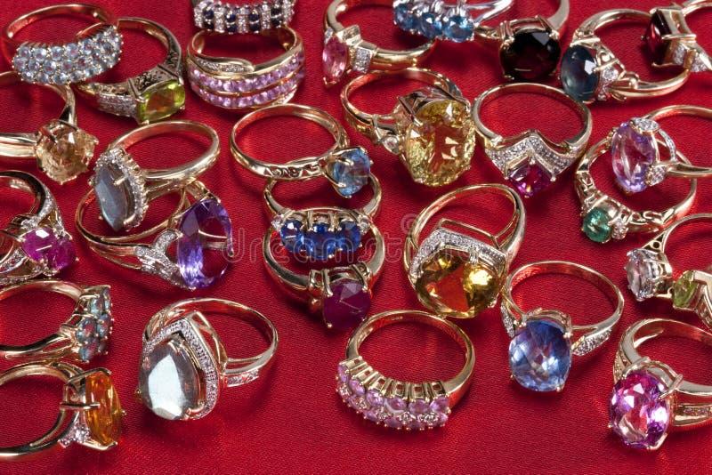 Boucles avec les pierres gemmes précieuses et semi-précieuses photographie stock