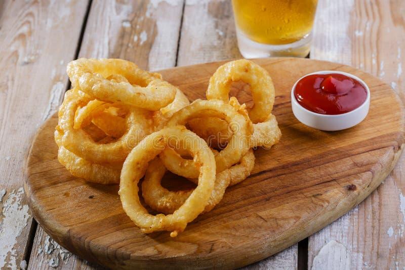 Boucles d'oignon frites images libres de droits
