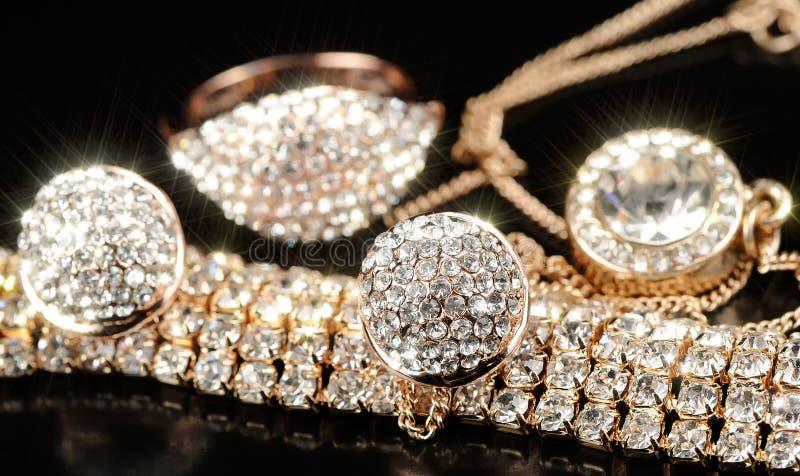 Boucles d'oreille, bracelet, anneau et chaîne d'or avec le pendant images libres de droits