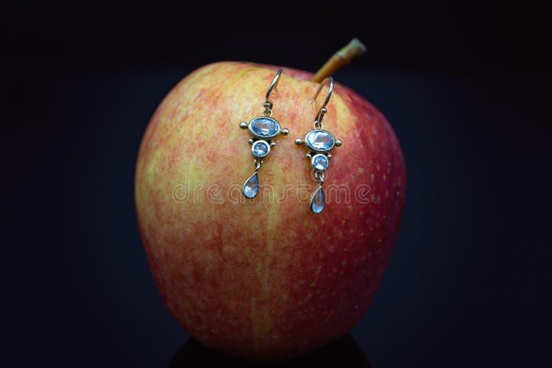 Boucles d'oreille décoratives de pierre bleue comportant la baisse de larme photos libres de droits