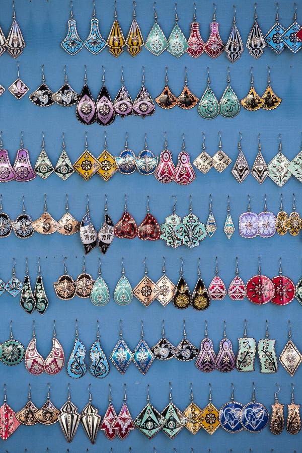 Boucles d'oreille de bijoux sur le marché à Istanbul en Turquie photo libre de droits
